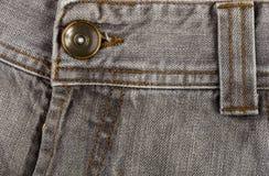 n?r du bekl?r objekt stonewashed textur f?r bomullstyg med s?mmar, omfamningar, knappar och nitar, makro royaltyfri foto