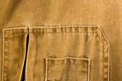 n?r du bekl?r objekt stonewashed textur f?r bomullstyg med s?mmar, omfamningar, knappar och nitar, makro arkivbild