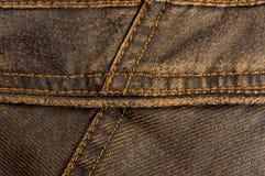n?r du bekl?r objekt stonewashed textur f?r bomullstyg med s?mmar, omfamningar, knappar och nitar, makro royaltyfria bilder