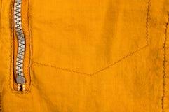n?r du bekl?r objekt stonewashed textur f?r bomullstyg med s?mmar, omfamningar, knappar och nitar, makro arkivfoto