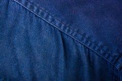 n?r du bekl?r objekt stonewashed textur f?r bomullstyg med s?mmar, omfamningar, knappar och nitar, makro royaltyfri fotografi