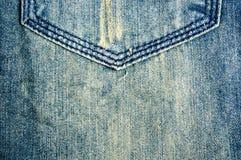 n?r du bekl?r objektbl?tt stonewashed f?r bomullstyg f?r urblekt jeans textur med s?mmar, omfamningar, knappar och nitar, makroen royaltyfri bild