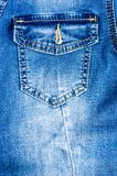 n?r du bekl?r objektbl?tt stonewashed f?r bomullstyg f?r urblekt jeans textur med s?mmar, omfamningar, knappar och nitar, makroen royaltyfri foto