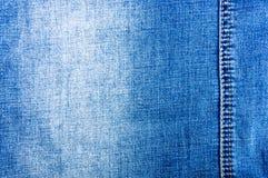n?r du bekl?r objektbl?tt stonewashed f?r bomullstyg f?r urblekt jeans textur med s?mmar, omfamningar, knappar och nitar, makroen royaltyfria foton