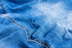 n?r du bekl?r objektbl?tt stonewashed f?r bomullstyg f?r urblekt jeans textur med s?mmar, omfamningar, knappar och nitar, makroen arkivfoton