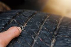 N?ra ?vre hals i gummihjulet, plant gummihjul som gummihjulet l?cker fr?n spikar kan ett gummihjul repareras fotografering för bildbyråer