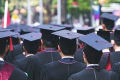 N?ra ?vre hattgrupp av kandidater under avslutning Begreppsutbildningslyck?nskan royaltyfria foton