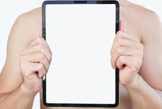 N?ra ?vre manhand som rymmer den digitala minnestavladatoren med den vita sk?rmen f?r text eller produkten som annonserar begrepp royaltyfri fotografi