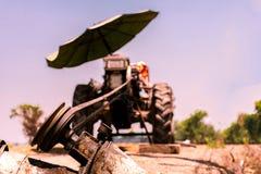N?ra ?vre maskin f?r det lowing f?ltet, traktor arkivbilder