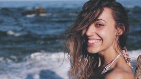 N?ra ?vre st?ende av en ung le kvinna p? stranden Lycklig flicka som garvar p? The Sun arkivfilmer