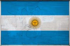 N?rbild av den gamla metallv?ggen med nationsflaggan stock illustrationer