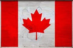 N?rbild av den gamla metallv?ggen med nationsflaggan arkivfoto