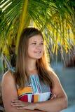 N?rbild av den sinnliga unga kvinnan med palmtr?d arkivbild
