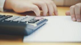 N?rbild av en skolflickas hand som skriver l?xa Det ?r n?dv?ndigt att r?kna p? en dator stock video