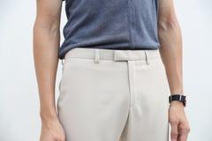 N?rbild av en stilig man i bl? skjorta och vit l?ng byxa royaltyfria foton