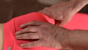 N?rbild av en ung flickas inbindningsgrunden som redigerar vid en manlig fysioterapeut av den inv?rtes massagen H?nderna av dokto stock video