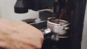 N?rbild av malande kaffe f?r barista lager videofilmer