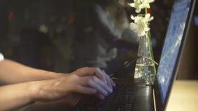 N?rbild av unga flickan som anv?nder b?rbar datordatoren f?r avl?gset arbete p? f?nsterbakgrund, teknologi och socialt n?tverk stock video