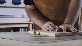 N?rbild En man med ett skägg arbetar i hans seminarium Yrkesnickare En man arbetar med ett träd Snickaretagandeen arkivfilmer