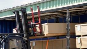 N?rbild lager Avlastning av lastbilen Avlastning av gods från lastbilen till lagret Gaffeltrucken sätter last lager videofilmer