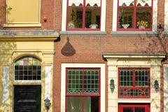 N?rbild p? en historisk fasad med carvings som lokaliseras l?ngs den Oude delftfajanskanalen, delftfajans royaltyfri bild