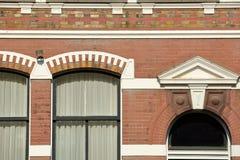 N?rbild p? en historisk fasad med carvings som lokaliseras l?ngs den Oude delftfajanskanalen, delftfajans arkivfoton