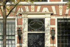 N?rbild p? en historisk fasad med carvings som lokaliseras l?ngs den Oude delftfajanskanalen, delftfajans arkivbild