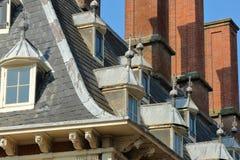 N?rbild p? taket av stadshuset Stadhuis med detaljer av carvings arkivfoto