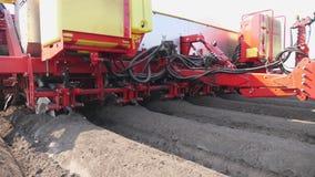 N?rbild process av mekaniserat plantera f?r maskinpotatoe den stora traktoren med special utrustning g?r l?nge plana b?sta rader arkivfilmer