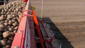N?rbild process av mekaniserat plantera f?r maskinpotatoe stor traktor med specialt utrustning- och potatisfr?, ritter arkivfilmer