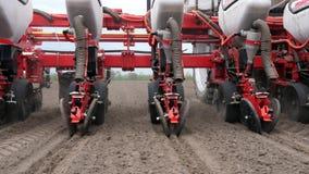 N?rbilden traktoren med speciala precisionplanters, seeder arbetar i f?ltet, jordbruks- maskineri planterar stock video