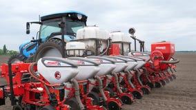 N?rbilden traktoren med speciala precisionplanters, seeder arbetar i f?ltet, jordbruks- maskineri planterar arkivfilmer