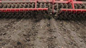 N?rbilden traktorodlare odlar, gr?ver jorden Traktoren plogar f?ltet Automatiserad rorkult f?r att gr?va jord in lager videofilmer