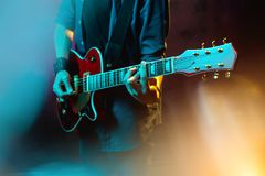N?rbildfoto av hipstermannen med den r?da gitarren i neonljus leka rock skjuten studio f?r elektrisk gitarrmusiker royaltyfria foton