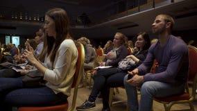 N?rbildsikt av det vuxna folkdeltagandet i n?gon konferens och att sitta i en konferenskorridor konst samtal f?r m?te f?r b?rbar  stock video