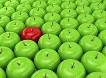 Één rode appel op een achtergrond van groene appelen Stock Foto's
