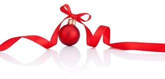 Één Rode Kerstmisbal met lintboog die op wit wordt geïsoleerd Stock Foto