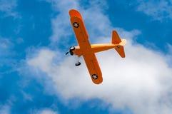 N2S-1 Буш Stearman летает против облаков Стоковые Фотографии RF