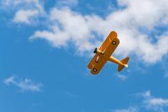 N2S-1布什Stearman飞行在头顶上 免版税库存照片