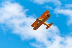 N2s-1 Bush Stearman vliegt boven Royalty-vrije Stock Afbeeldingen
