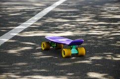 ??n skateboard op de weg stock afbeelding