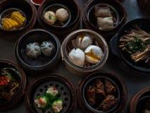 N som är selektivt av den ångade materialbullen, kinesisk mat, Dimsum i bambubaske arkivfoto