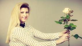 N?tt kvinna med vitrosblomman arkivfoton