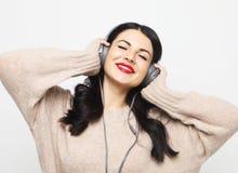 N?tt kvinna plus format som lyssnar till musik royaltyfri bild