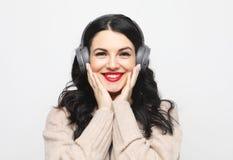 N?tt kvinna plus format som lyssnar till musik royaltyfri foto