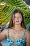 N?tt ung kvinna under palmtr?det royaltyfria bilder