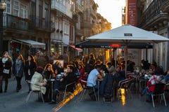 Één van de straten in het historische centrum van Oude Porto de stad in Stock Foto's