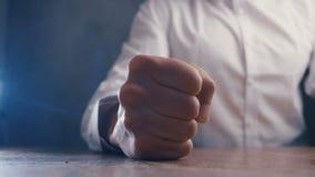 N?ve av ilskna aff?rsmantakter p? tabellen i ultrarapid arkivfilmer