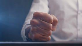 N?ve av ilskna aff?rsmantakter p? tabellen i ultrarapid stock video