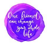 Één vriend kan uw geheel leven veranderen Inspirational citaat bij purpere waterverfachtergrond Het zeggen voor de wereld Stock Foto